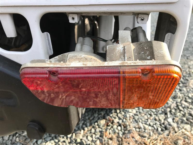サンバートラック、右後部方向指示器のレンズ交換