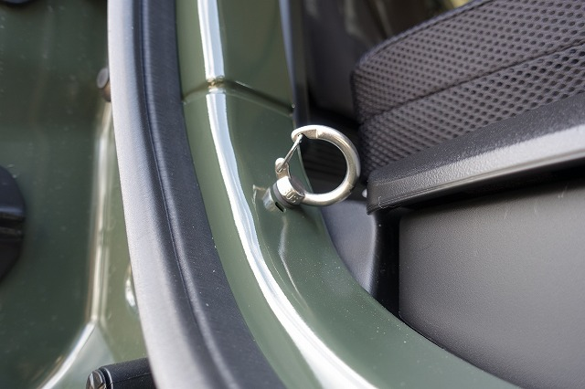リアゲート付近にM6の飾りボルトがあるので、そこにM6アイボルトを取り付け