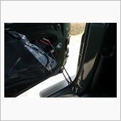 ブチルテープを剥した場所にカラビラを引っ掛ければ、15cmほどリアゲートを開いた状態にすることが出来ます。