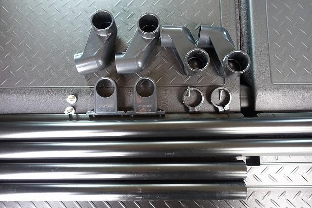 イレクターパイプを用意します。<br /> <br /> 28パイプ 60cm&#215;2本<br /> 28パイプ 94cm&#215;2本 (カットが必要です)<br /> J-100L &#215;2個<br /> J-100R &#215;2個<br /> J-102B &#215;4個<br /> J-131 &#215;1袋(2コ入り)<br /> M6-20mmボルト &#215;4本<br /> <br /> <br /> 合計で3,000円くらい