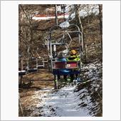 先日、子供達を初の雪山へ連れて行きました。<br /> <br /> その時は家族4人分のウェアと自分のスノボセットだけを積んであとは現地でレンタルしたので余裕だったのですが、子供達が楽しさに1日ぶっ続けで滑るものだからそれを見た妻がフルセットで購入しようということに…<br /> <br /> 大人スノボ2セットに子供スキー2セットを3列目を倒して積むなら問題無いのですが、子供達を寝かせるために車中泊マットを敷けるようにして欲しー とのこと。<br /> コレはキャリアを買うチャーンス!<br /> ということで、早速ネットであれこれ調べることに<br /> <br /> まず最初に思いつくのはルーフキャリアですよねぇ<br /> まずオプションのルーフレールを付けてないのでルーフレールは買えるかDに問い合わせたらムリだってΣ(゚д゚lll)<br /> ただ、5と前側は共通なのでスーリのベースTH753を5用フットベースで付けられるけど、後ろ側はやってみないとわからないという情報を入手!<br /> ただ冒険して付かなかった時のダメージとルーフからの積み降ろしって面倒だし、板を間違って車にぶつけちゃう気がするので却下。
