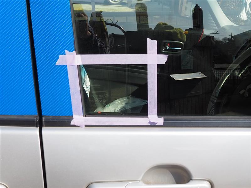 フロントドアガラスにセキュリティステッカー貼替