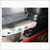 いよいよ、キモとなるべくフレームへの穴あけ作業。<br /> <br /> 赤丸は既存の穴を拡大して11mmに。<br /> 青丸は新規に11mmの穴を開けます。<br /> <br /> 鉄板厚は約2mm。<br /> フレームだけに、厚めの鉄板ですが、2点留めは強度不足ですから4点留めとします。前出のカリーナも恐らく当て板補強してあるんだと思います。<br /> <br /> ボディに穴あけなんてまあ褒められたものじゃないかもしれませんが、タガを外してしまえば後は自由。今後は好きな部分ボディ補強やりたい放題!<br /> 自分にとっては、車って買った時点でリセールは¥0なのです。異論は認めませんよ。
