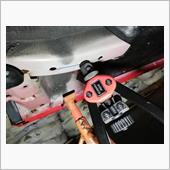 8mmボルト用のナットリベットを挿入。<br /> カシメを行う。<br /> <br /> 車体下に潜った姿勢だと力が全然入りませんね^^;<br />