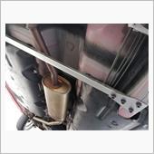 先にブラケットを取り付けたら、<br /> 切断したインテRシャフトを当てがってマーキング。そして穴あけ→取り付け。<br /> <br /> ボルトは呼び径8mmのハイテンボルト。30N・mの高トルクで締めました。<br /> <br /> 蛇足ですが、イースの防錆性能は大したものですね。昨冬なんか、毎日塩まみれでしたからね。どっこも錆びてないです。ここら辺は、既にトヨタ品質みたいですね。軽ライバルメーカーとは大きな差ですね。<br />