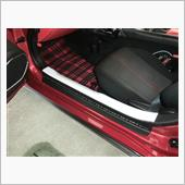 樹脂パネルにカーボンシート装着後、車両に装着した状態でステンプレートを貼り付けます。