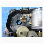 接点側もキレイにして、グリスを塗ります。<br /> <br /> 書きましたが、修理するなら導電グリスを使うのはやめましょう。一般的なグリスで十分です。