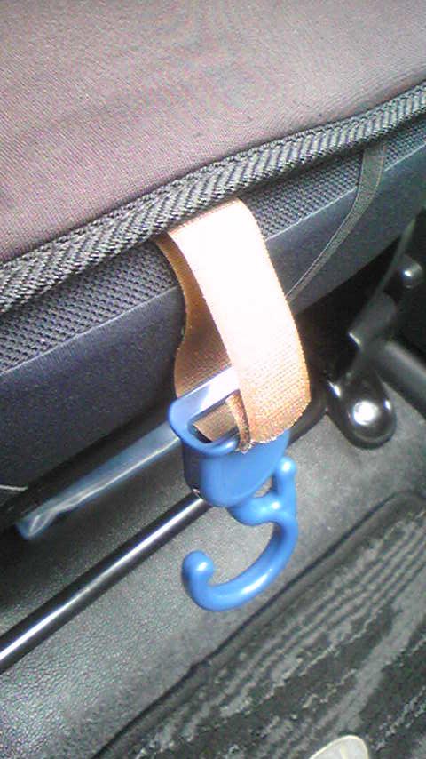 とりあえず仮付け。<br /> 色もベルトも浮いてる・・・。<br /> <br /> シートヒーターを取り付けてあるので、固定部分は見えません。