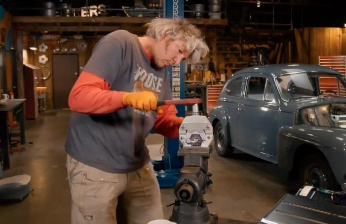 アメリカ人は旧車にキットのクーラーを買って自分でつける二回目