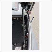 トランクの左側にはストップランプの<br /> 配線があるので<br /> トランクの一番先に白色のLED取り付けて<br /> 配線は右側を通した。
