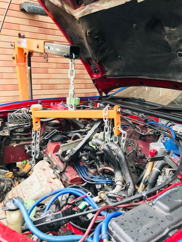負圧配管、燃料配管、クラッチ油圧配管、ミッションワイヤ、そしてハーネス を外します。ハーネス は慎重に外しましょう。エンジン裏側にあるノックセンサー配線とアースはとても手が入りません。降ろしてから外しました。<br /> あとはエンジンマウントを切って、恐る恐るエンジンを降ろして行きます。引っかかったりすれば外し忘れた配管や配線がないか確認します。