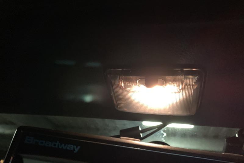 暗いルームランプをLED化