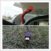 ルーフライニングに通した後、車体側からバックドアにジャバラのゴムに配線を通します(赤矢印)が、リヤカメラのコネクターが大きく中々通らなく苦戦。