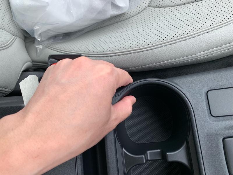 片側が浮いたら、逆側のカップホルダーを掴んで持ち上げます。気合いで(笑)
