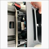 コンソール下に隙間ができたら、カップホルダー付近のコネクターを外します。<br /> リリーススイッチが下側にあるので少し押し難いです。