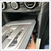 コネクターを外すとパネル下の隙間も広がるので、小物入れの下から手で押し上げ、最前部のクリップを外します。