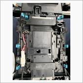 コネクターとネジ4つを外してシフトパネルを取り替えます。<br /> ネジ4つのうち2つには保護テープが貼ってあります。キレイに剥がすのは難しいので前もってテープの準備をしておいたほうがいいかもしれません。<br /> 当方は交換後に不織布テープを貼っておきました。
