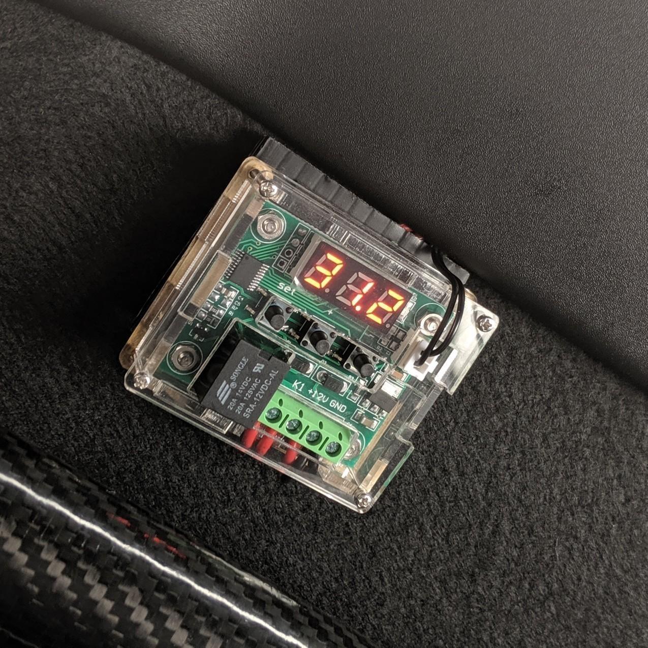 走行中は操作しないので<br /> センサー配線をなるべく短くするため<br /> 助手席後ろのバルクヘッドに仮置き<br /> 取り敢えず38&#176;で作動、33&#176;で停止の設定