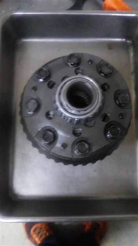 ノーマルデフからリングギアを移植します。<br /> 大きいトルクがかかるので、ねじロックを塗る前にしっかり清掃・脱脂します。