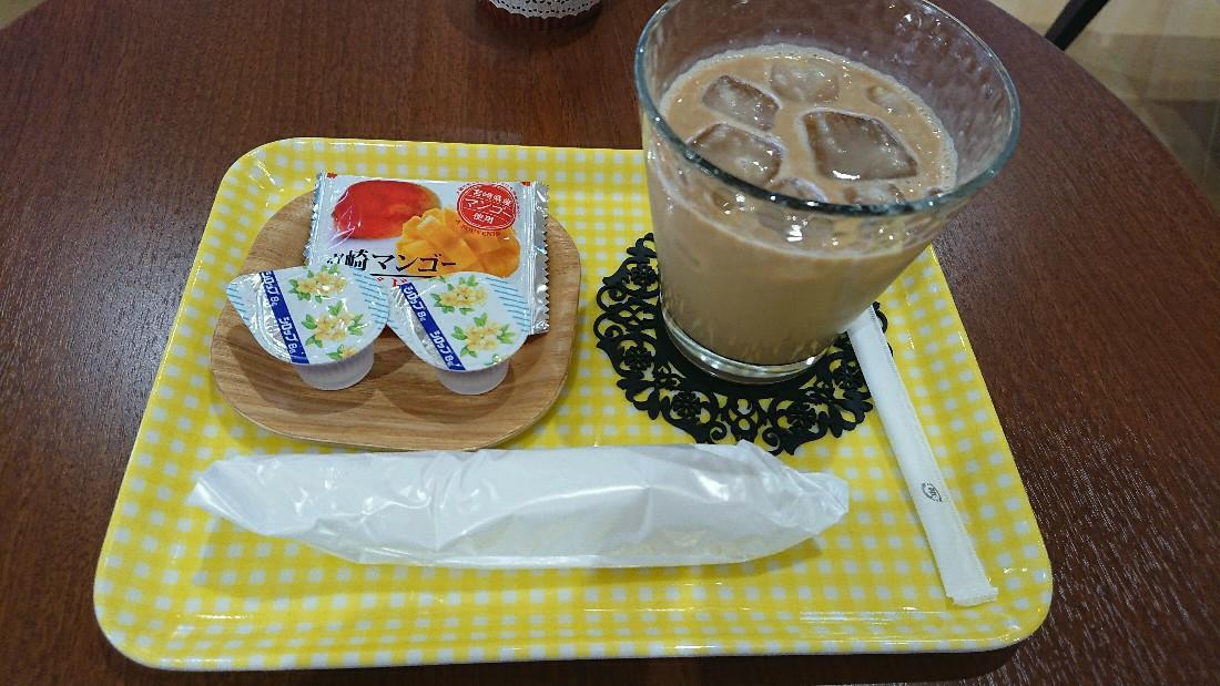 今回はカフェラテと宮崎マンゴーラング・ド・シャ。<br /> お菓子が1個になってますね。