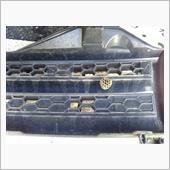 ラジエーターグリルの裏には蜂さんの小さなお家が・・・・・<br /> 幸いにも空き家のようでした。