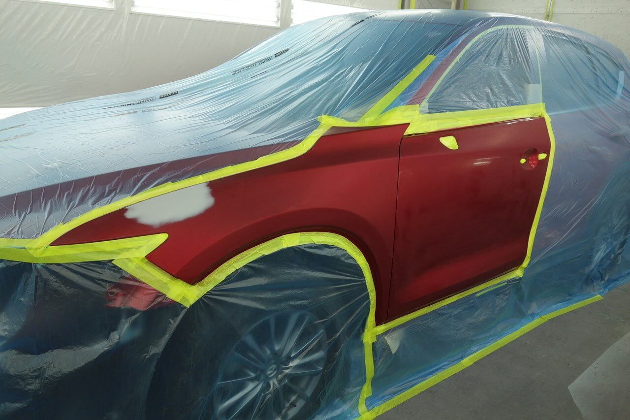 マスキング作業終了後、塗装前最後の清掃・脱脂をしていきます。