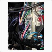 コネクタの右端の下から2番目がコネクタからヘッドライトに向かう配線。<br /> これを切ってダイオードを使って電気の回り込みを回避しながら配線加工。<br /> コネクタ側から電気が流れるので間違えると点きません。<br /> あとはヘッドライトに向かう線にIG電源をつなげば常時点灯になります。僕はエアコン操作パネル裏のコネクタから電気もらいました。