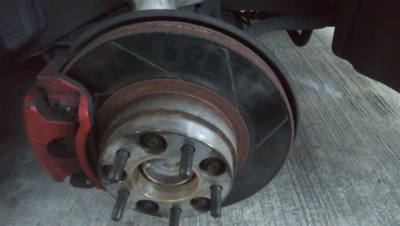 ブレーキからの異音、パットは交換してから5000km程度だったがローターに凹みがあり、その形にパットが削れブレーキが戻っても当たっていたらしい。