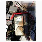 整備書上はここの電圧が0.75v〜1.25vが正常値。基準値は1.0vのようだ。因みに全開時の基準は4.8v〜5.0v。フルレンジ側は全閉時0.1v〜0.7v、全開時に4.2v〜4.6v。<br /> 調整中に電圧がフラフラしたり、急に跳ね上がったりする場合は差し込んだ針金を確認して、それでも改善しない場合はセンサーが終わっている可能性が高い。