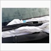 こちらのフックを外します。<br /> しばらくタオルでフロントガラスに傷がつかないように保護します。
