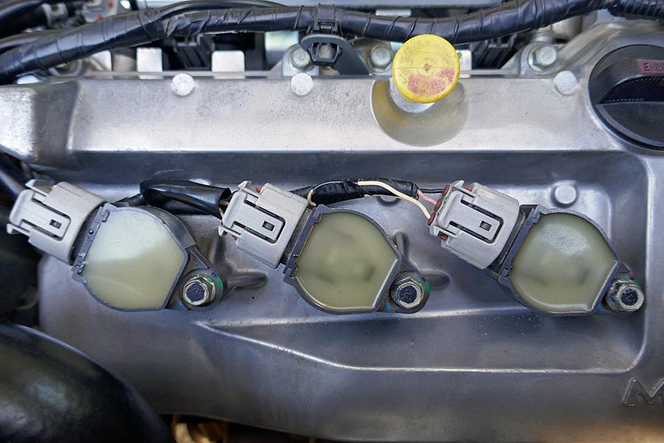 ワタクシのアイは2009年式なので、製造から10年経ちました。走行距離はまだ39,000㎞弱と少ないですが、チョイ乗りが多く、どちらかと言えば、シビアコンディションに該当する使用状況です。<br /> 今のところ、アイには定番の不具合と言える、左ドライブシャフトブーツからのグリス漏れを除けば、エンジン・駆動系とも調子は良く、まだまだ乗り続ける予定なので、増税前に少しリフレッシュをすることにしました。<br /> スパークプラグは2014年12月の車検時(走行距離:15,538㎞)に交換しましたが、イグニッションコイルは走行距離が少ないこともあり、換えていませんでした。<br /> イグニッションコイルの寿命の目安は走行距離10万㎞と言われてますが、何分、年数が経っており、長く乗るのであれば不具合が起きる前に交換しておいた方が得策だと思ったのです。