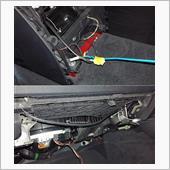 配線を通すために、iドライブのトリムも外しています。<br /> 後ろ側から針金を使ってケーブルを引き出します。<br /> 前側にはiドライブ部から針金を使って前に押し出します。<br /> ケーブルは、2mちょいあれば足りる感じです。<br /> トリムの中を通していますが、結束バンドで下がらない様に固定し上に引き上げます。<br />