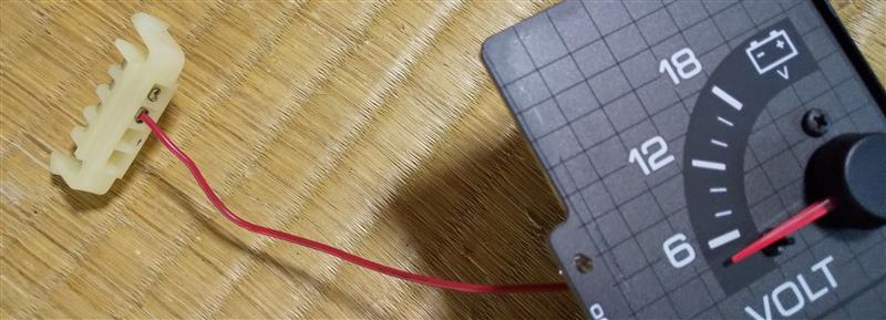 過去に電圧計移植された方のブログを参考に、配線をこの位置に移動。<br /> プラスチックの爪で引っかかっているだけなので、難儀せず完了ε-(&#180;∀`;)ホッ