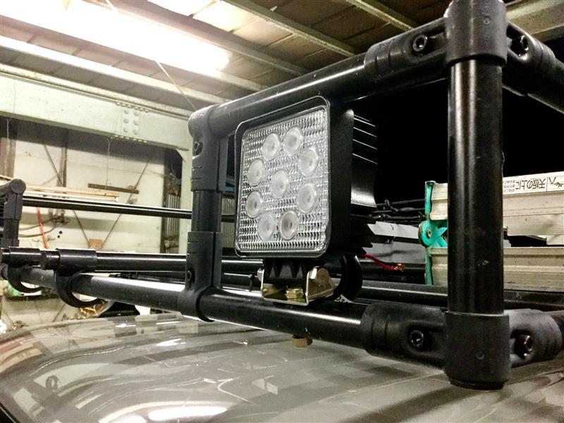 27wのワークライトをルーフラックのパイプにドリルで貫通穴開けてボルトで固定