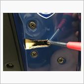 方法はとても簡単です!<br /> ドアのロック部分をグリスアップするだけ<br /> <br /> と言ってもそのままグリスアップしてもそんなに効果は見込めません。<br /> ロック部分をドライバーなどで押し回しドアがロックした状態でグリスを挿していきます。<br /> <br /> ドアロック部分は半ドア→ロックと2回転します。