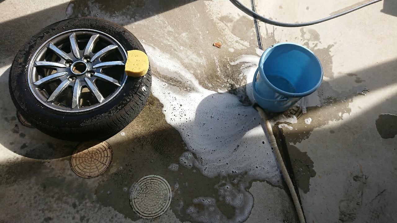スペアタイヤを洗車