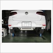 マフラーの取り付け方法も、国産と輸入車では大違いですね。<br /> <br /> リヤマフラーを装着していきます。<br />