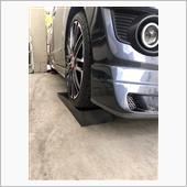 何年も前になりますがRSRの車高調を入れた後にこの方法で光軸調整を行った事があります。<br /> <br /> 今回、車高調も替えたしヘッドライトのバルブもLEDに替えて照射範囲が気になったので再び行ってみます。<br /> <br /> 駐車場は傾斜がある為にスロープに完全に乗らず先っぽ辺りに乗った状態で行いました(2cmくらい上がった所で)<br /> <br /> 大まか水平になった状態で行いました。<br /> <br />