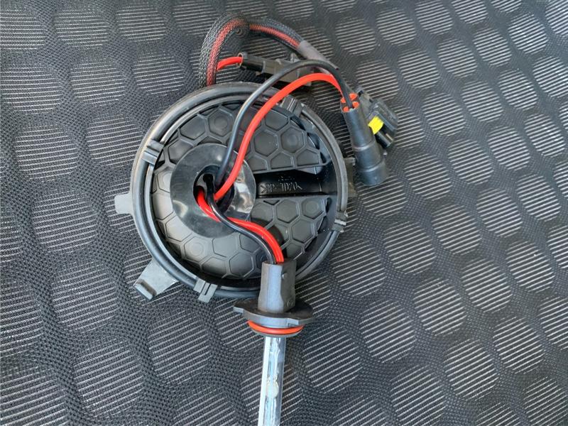で、電球のカバーがラバーではなく、プラスチックカバーなのです。<br /> LEDだと放熱フィンがあるので、大穴開けなければならない!<br /> よって再度HIDにしました👆