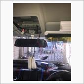 外すのはAピラーとルームランプ周りとアクセルペダル脇のカバーです。<br /> <br /> 前のモデルの電源配線やリアカメラ配線などに新しいドラレコの電源の配線とリアカメラの配線をテープで留めて引っ張りながらどんどん配線を通します。<br /> <br />