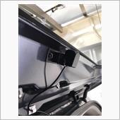リアカメラですが外付けでは無く車内に付けました。<br /> <br /> カメラをこの位置でそのまま付けてしまうとカメラの角度に制限が有るので台座を付けて解消しました。<br /> <br /> 注) 車内にカメラを設置すると雨の日は滴でほとんど役に立ちません。<br /> <br />