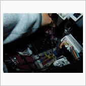 助手席のグローブボックス(?荷物入れれるところ)を外すと、奥にヒューズボックスがあります。<br /> 10Aを買ってしまったので、10Aでイグニッションと連動し通電するところをテスターで見つけます。<br /> テスターが、①電源を何も入れない状態で光らないが+②イグニッションかACCの状態で光るところ、が今回目標地点です。①で光ってしまうところは常時通電しているということ、24時間365日光り続けますのでつかえません。10Aでこの条件に合わない場合は、他の5Aなどで見つけないといけないので、部品買いなおさないと・・・・。