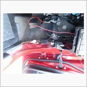 運転席側のアースをとるために、足元あたりの内張をバリバリ。根拠も自信もなく適当にバリバリ。アースは黒線をボディの塗装していないネジを緩めてそれにかます感じでいけます。