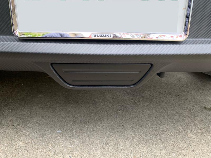 アライメント調整の前に、リアフォグランプが地上から高さ250mmに合わせて車高調を取り付けしてもらうと思うほど下げれないので、リアフォグを取り外す事にしました。<br /> <br /> 諸先輩方の投稿を参考に、純正部品を取り寄せしました。<br /> <br /> フォグカバー      71822-61M00-5PK &#165;440<br /> スクリューネジ  03541-0516A           &#165;100<br /> <br /> スロープも購入して、下に潜り込んで・・・<br /> かなり四苦八苦しながら、なんとか取り付けできました。<br /> <br /> 他の方も言われてましたが、私の行きつけのDでは、ウインカーレバーの事でどう言われるのでしょうか?少し不安・・・
