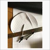 カーボンシート、コンパスで半径8.1ミリで円を書き✂️で切り取り、貼る時に失敗しないために台紙側をカット、