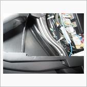 配線側マグネットスイッチはグローブボックス左側外の内装内に貼り付け。ここらへんです。