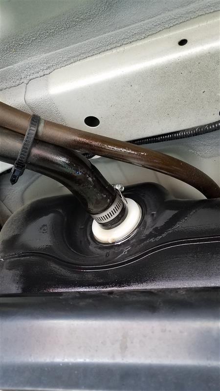 ガソリンタンク注入口パイプからのガソリン滲み