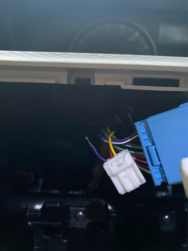 本日、テレビジャンパーの自作として、第2弾の配線を丈夫にしつつ、配線裏の紹介になります。<br /> <br /> こちらが、前回にて紹介できなかった配線の紫色というものです。ここを切断し導線を出します。