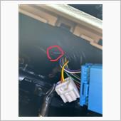 問題の車両側の紫配線です。これをしっかりと絶縁処理します。今回はビニールテープにて絶縁処理します。何かあってまたテレビジャンパーをやめたいときのためにと思い、絶縁専用のキャップは使いませんでした。