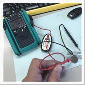 念のため電圧を計りましたが2.9V。<br /> 動作をしなくなるほどの電圧降下ではないように思いますが・・・。<br /> 撮影のためデーターホールドしています。